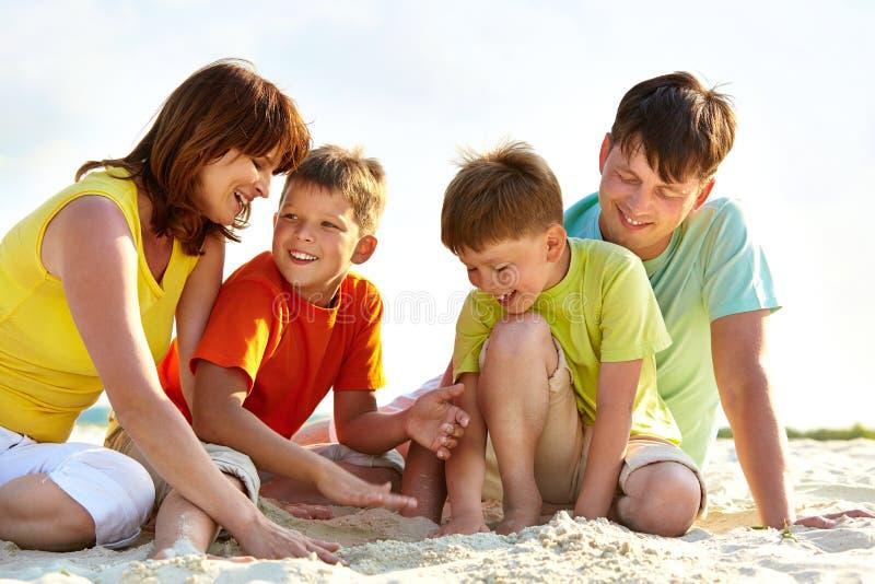 Familie op zand royalty-vrije stock foto
