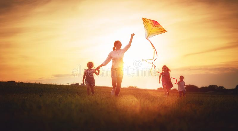 Familie openlucht spelen royalty-vrije stock foto