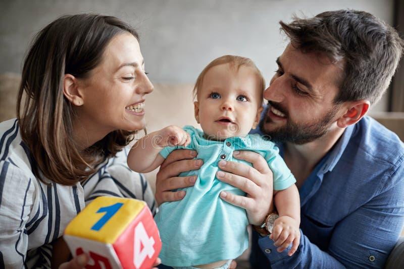"""Familie, ouderschap en mensen concepten†""""jonge moeder en fathe royalty-vrije stock afbeelding"""