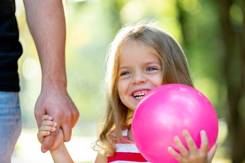 Familie, ouderschap, vaderschap, goedkeuring en mensenconcept - gelukkige vader en meisje lopende holding ter beschikking binnen stock foto's