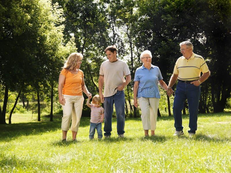 Familie in park. stock foto's
