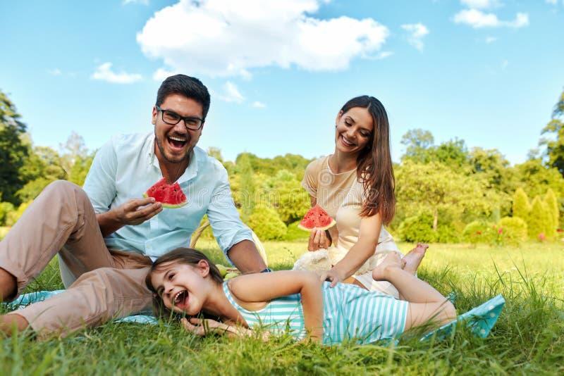 Familie in park Gelukkig Jong Ouders en Kind die in openlucht ontspannen royalty-vrije stock foto