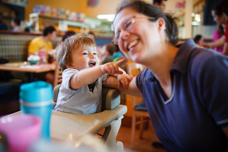 Familie am Restaurant stockfotografie