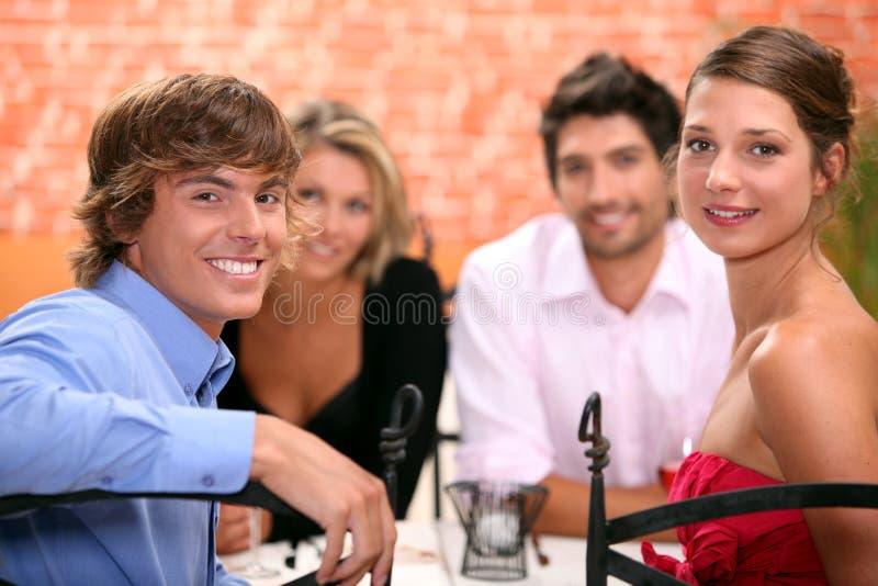 Familie in restaurant wordt gezeten dat royalty-vrije stock afbeeldingen