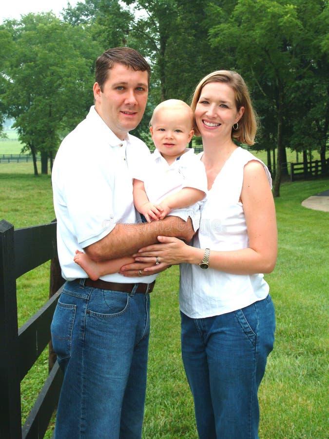 Familie samen op Landbouwbedrijf royalty-vrije stock fotografie