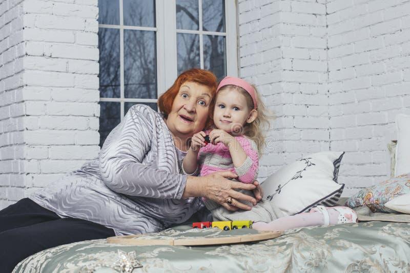 Familie, schöne kleine Babyenkelin und Großmutter im Weihnachten glücklich lizenzfreies stockfoto