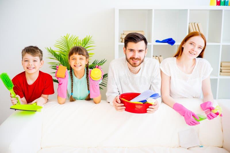 Familie Schoonmakend Huis royalty-vrije stock foto