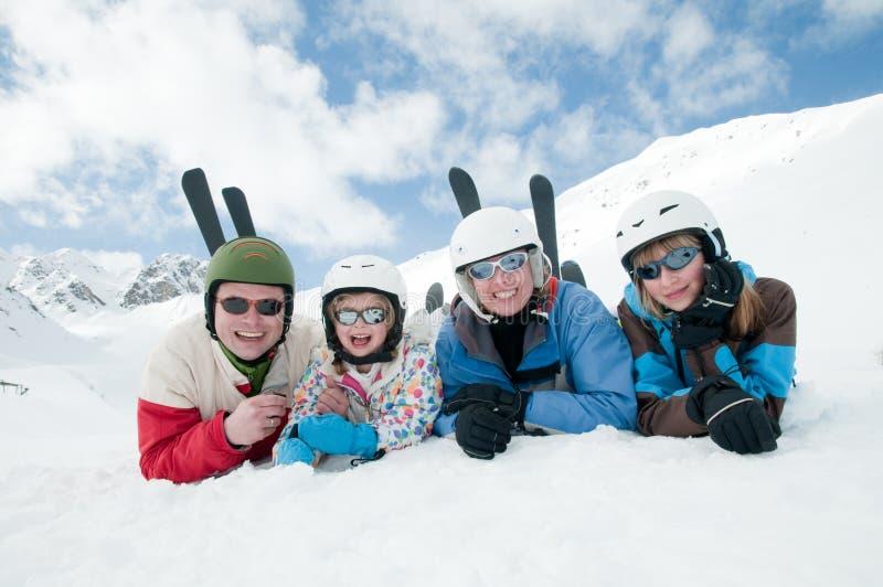 Familie, ski, sneeuw, zon en pret stock afbeeldingen