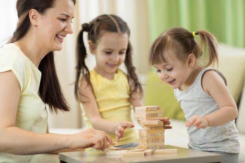 Familie spielt Brettspiel im Wohnzimmer stockfotografie