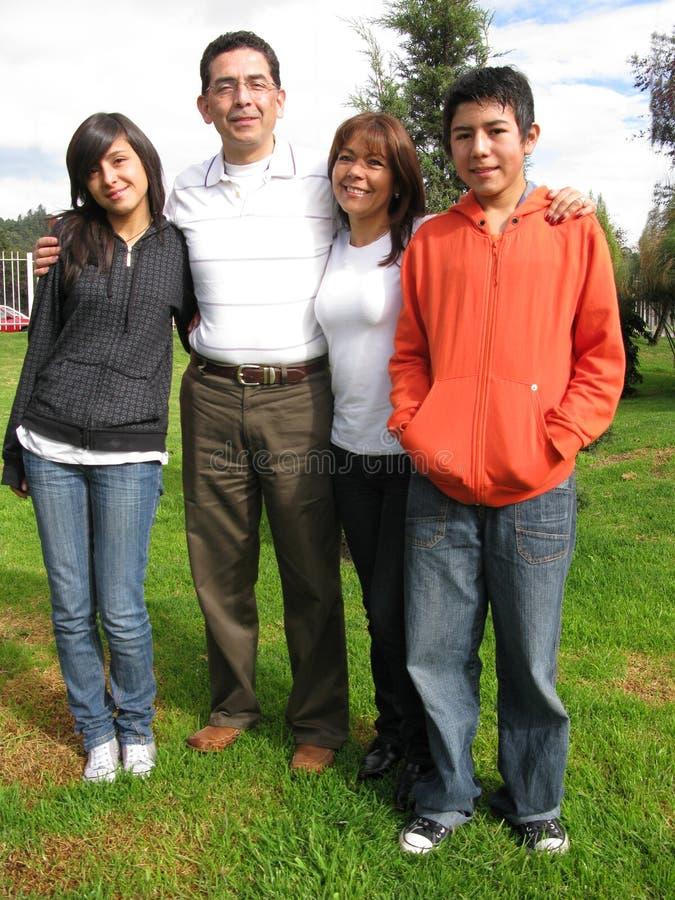 Familie steht auf Gras lizenzfreie stockbilder