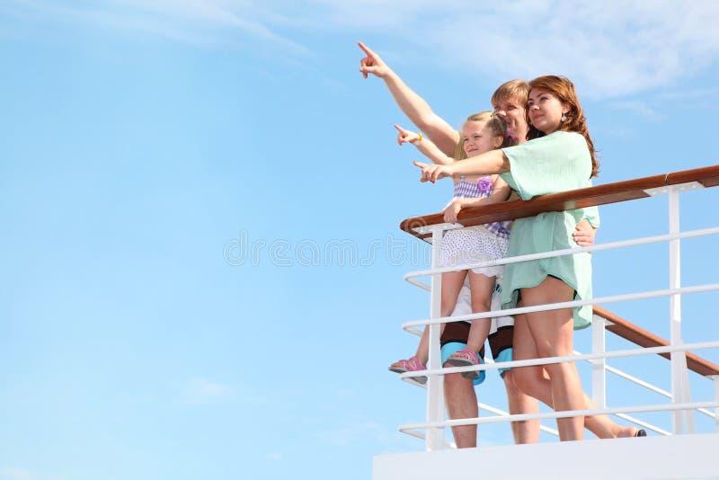 Familie steht auf Yacht still und zeigt interessantes an stockfotos