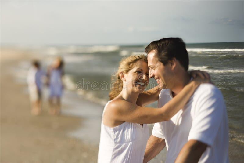 Familie am Strand stockfotos