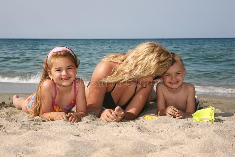 Familie am Strand lizenzfreie stockfotos