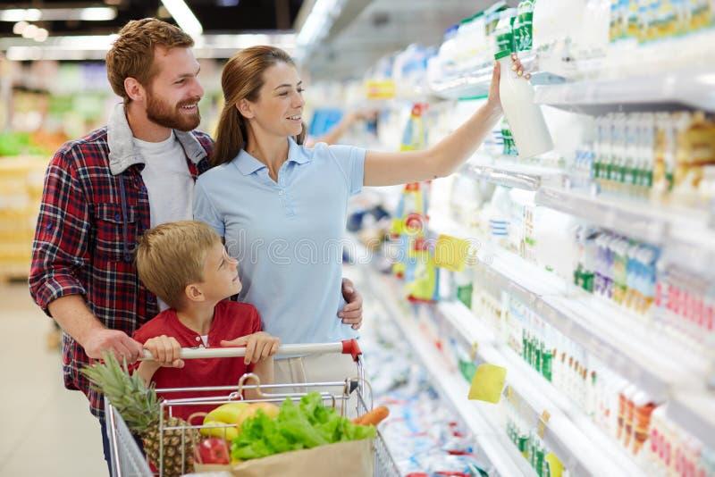 Familie in supermarkt stock afbeelding