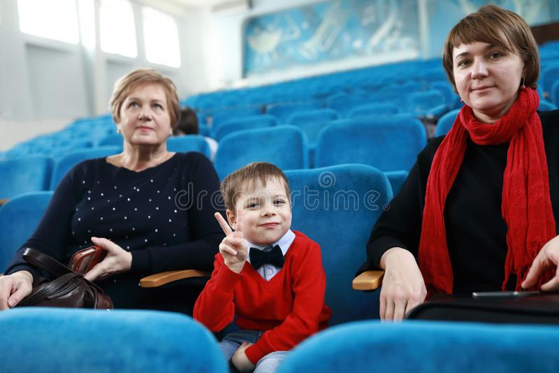 Familie in theater stock foto