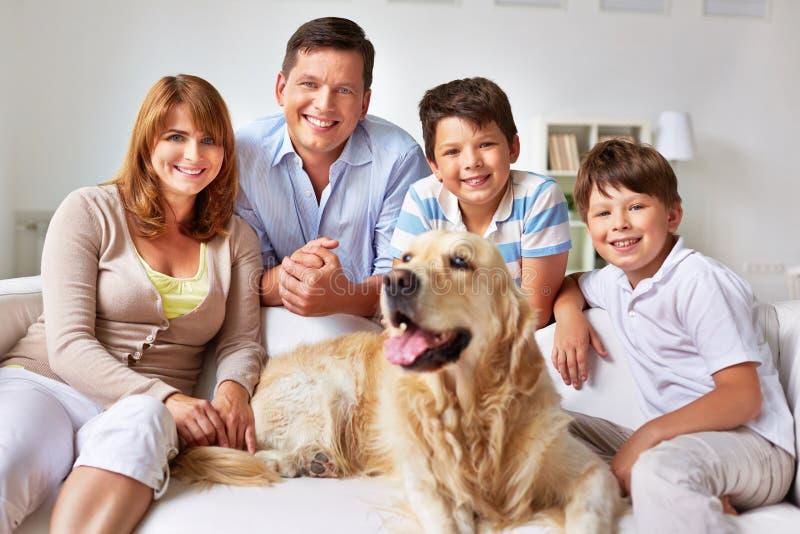 Familie thuis royalty-vrije stock fotografie