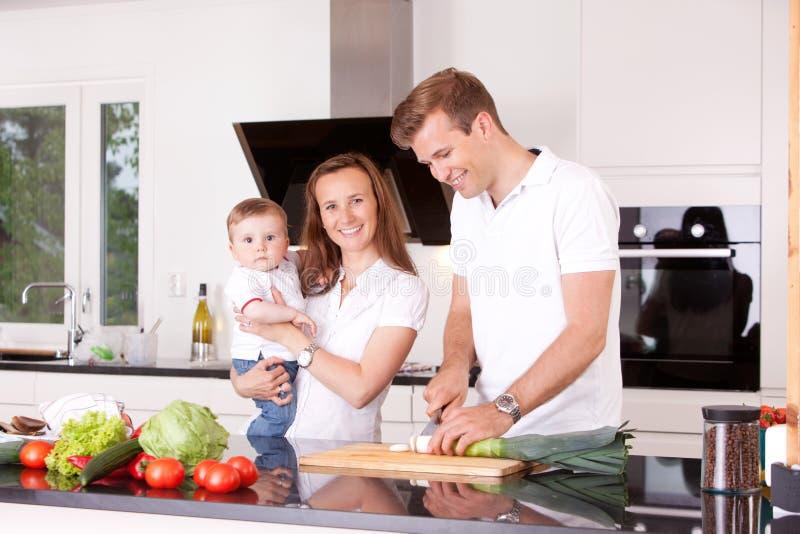Familie thuis in Keuken stock fotografie