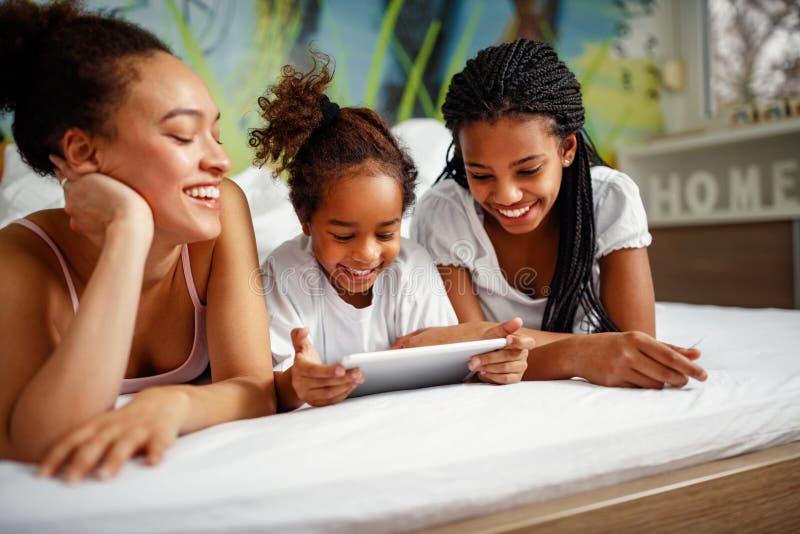 Familie tijd-glimlachend meisje het spelen met moeder en zuster thuis royalty-vrije stock foto's