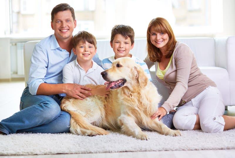 Familie in toevallig royalty-vrije stock afbeelding