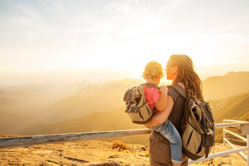 Familie trifft den Sonnenuntergang auf dem Moro-Felsen im Nationalpark des Mammutbaums, Kalifornien, USA stockbilder