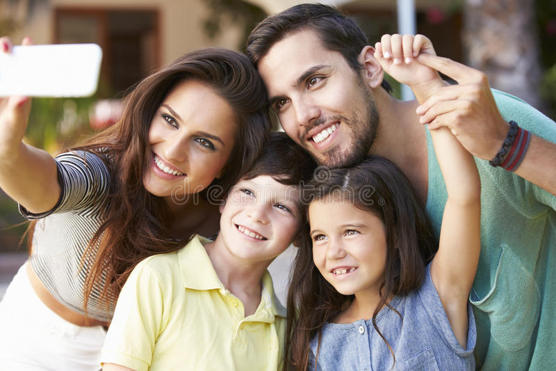 Familie in Tuin die Selfie op Mobiele Telefoon nemen royalty-vrije stock fotografie