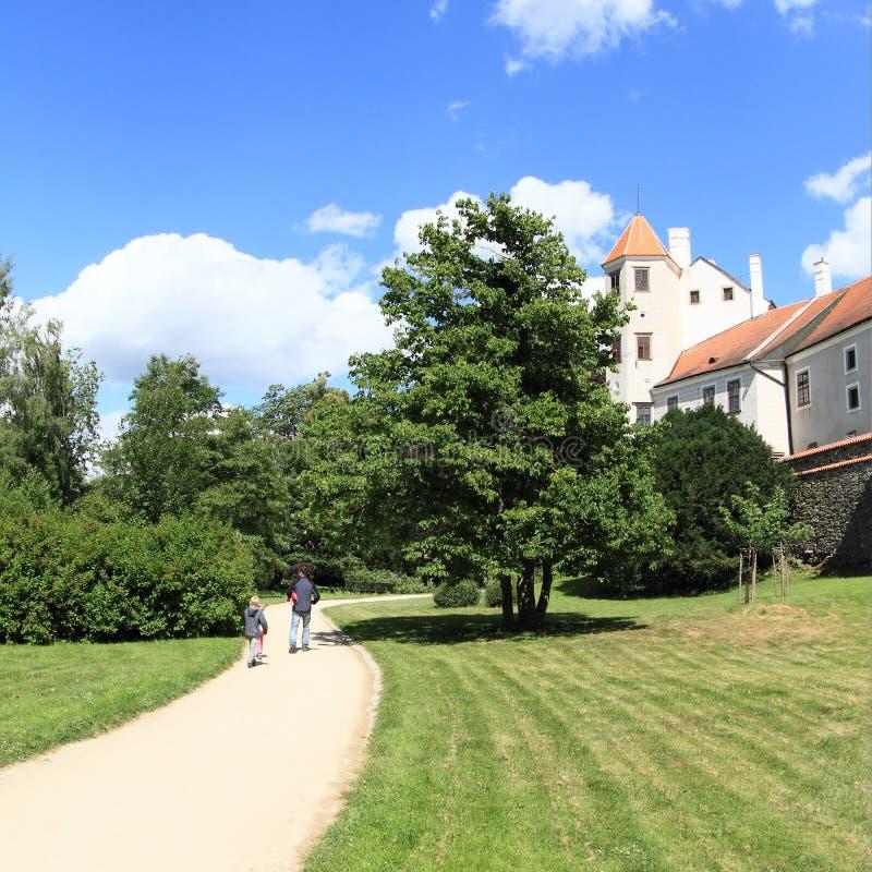 Familie in tuin van kasteel in Telc royalty-vrije stock afbeelding