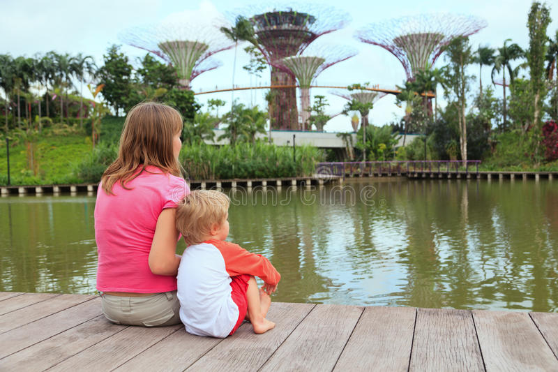 Familie in tuinen door de baai royalty-vrije stock afbeelding