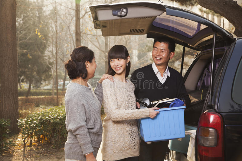 Familie uitpakken minivan voor universiteit, Peking stock foto's