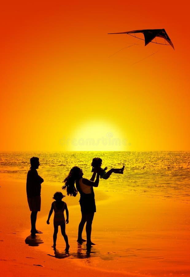 Familie und ein Drachen lizenzfreies stockbild
