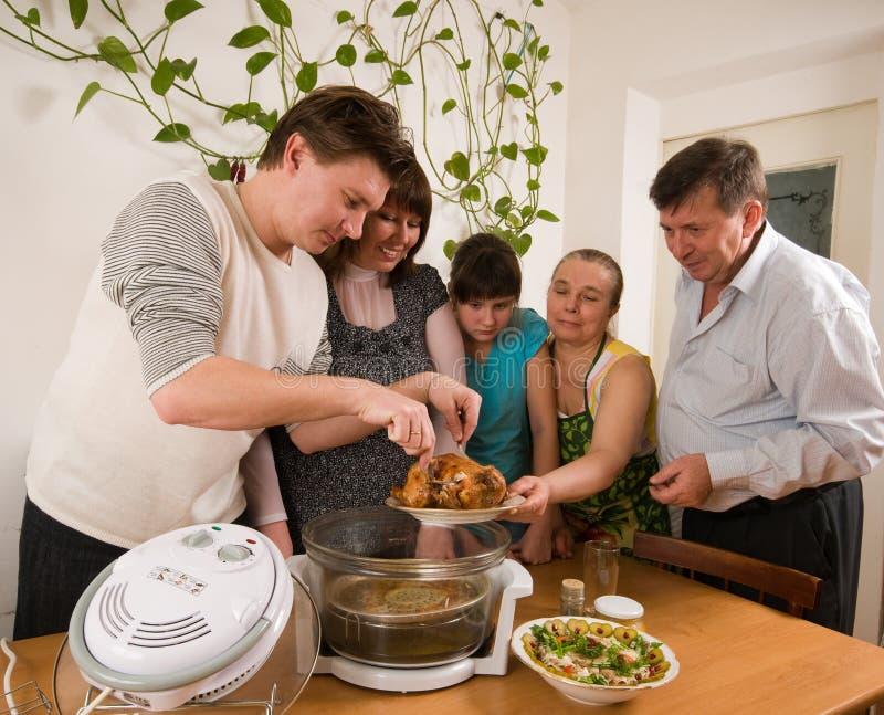Familie und eine Henne ein Grill. stockbild