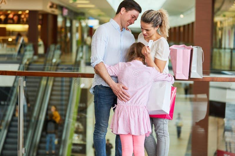 Familie und Kind im Einkaufszentrum lizenzfreies stockbild