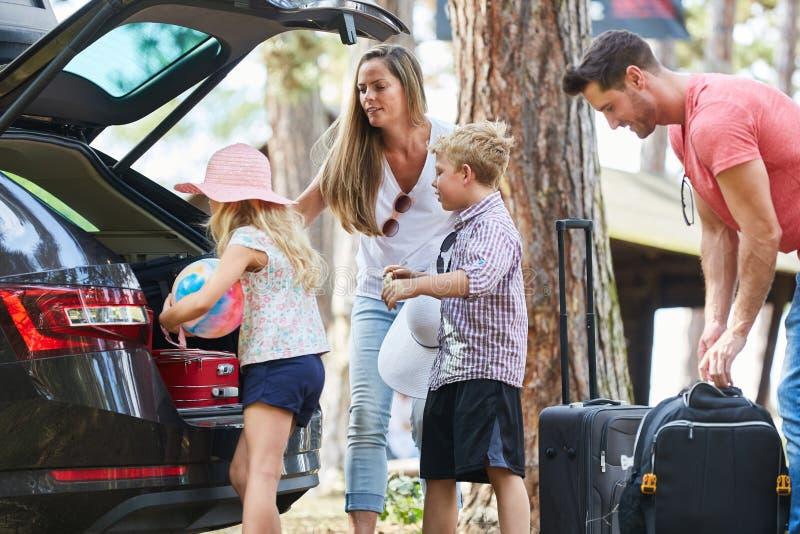 Familie und Kinder luden Auto für Reise stockbild