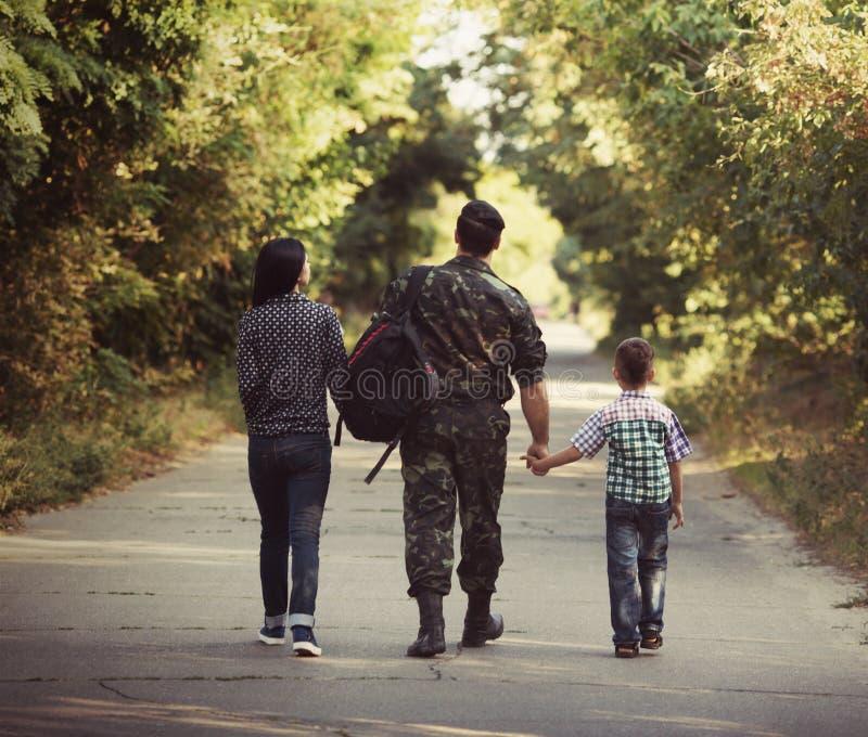 Familie und Soldat in einer Militäruniform stockfoto