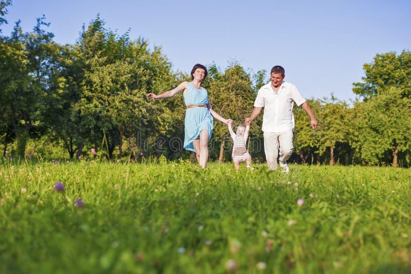 Familie und Verhältnis-Konzepte Glückliche junge Familienausgabenzeit zusammen lizenzfreie stockfotografie