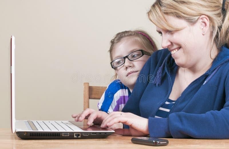 Familie unter Verwendung eines Laptops stockfoto