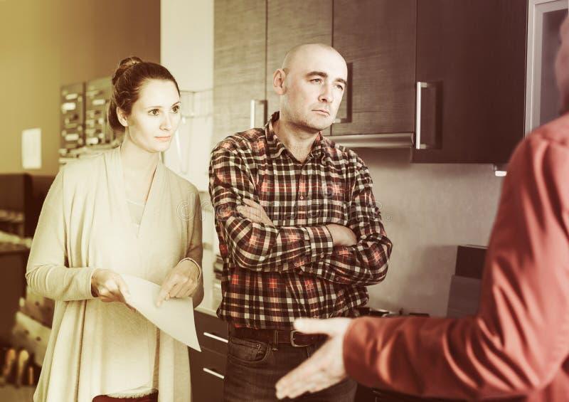 Familie unzufrieden gemacht mit der Qualität stockfotografie