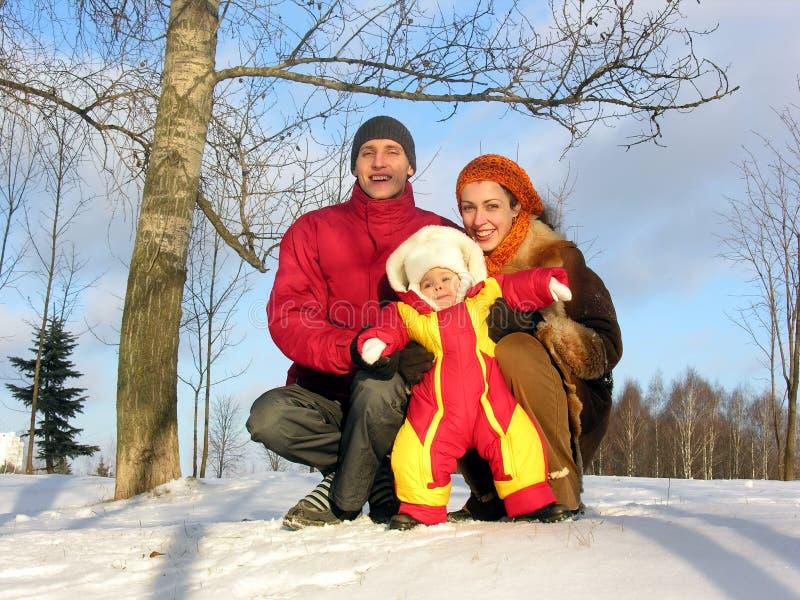 Familie van drie. de winter. zon. stock foto