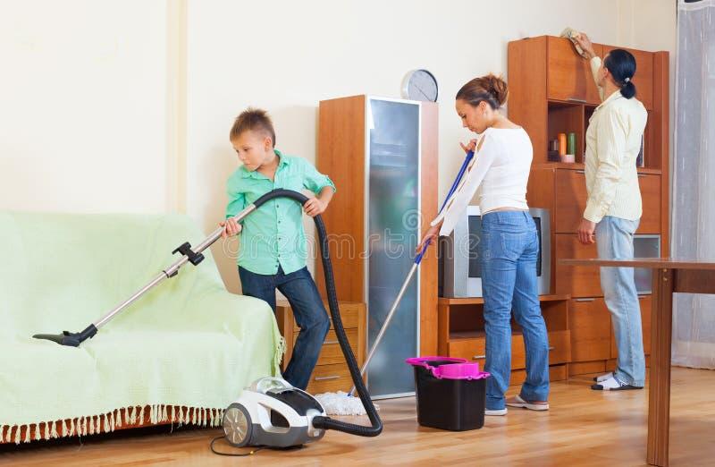 Familie van drie die het schoonmaken doen royalty-vrije stock foto's