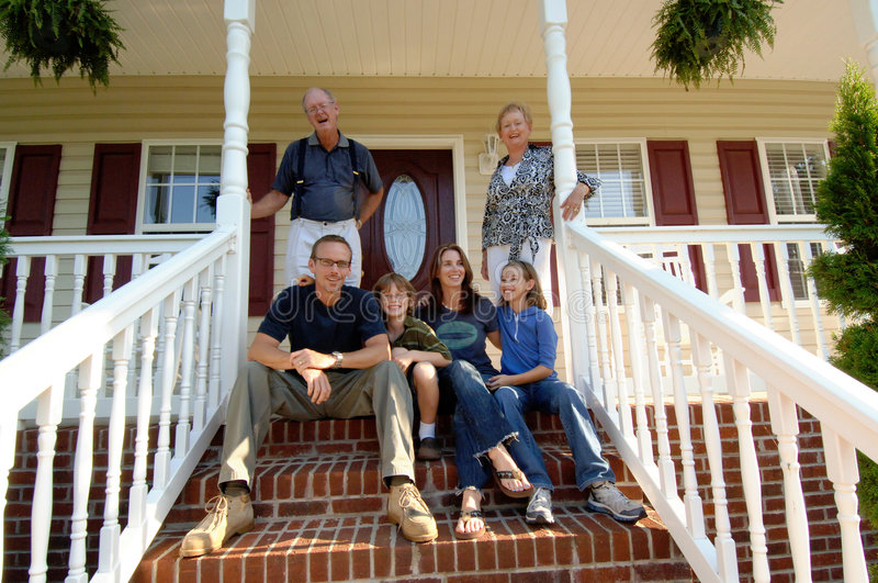 Familie van drie generaties op portiek royalty-vrije stock fotografie