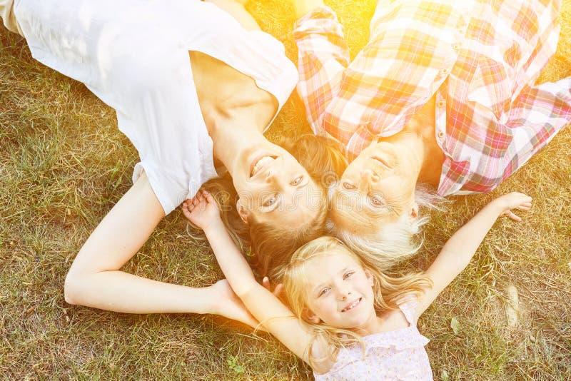 Familie van drie generaties van vrouwen samen royalty-vrije stock fotografie
