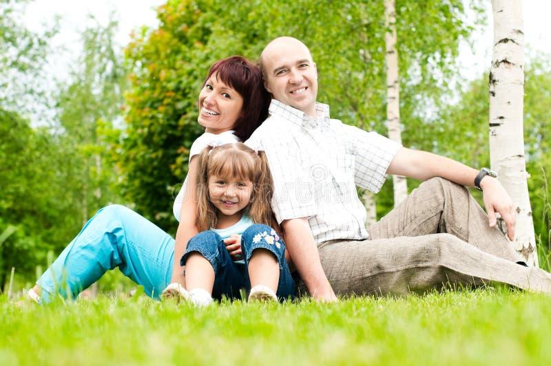 Familie van drie op gras royalty-vrije stock foto's