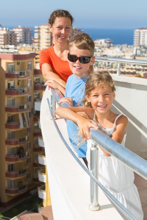 Familie van drie op het balkon stock afbeeldingen