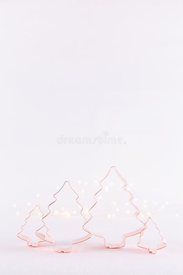 Familie van het koekjessnijders van het Kerstboomkoper op witte sparklin stock afbeelding