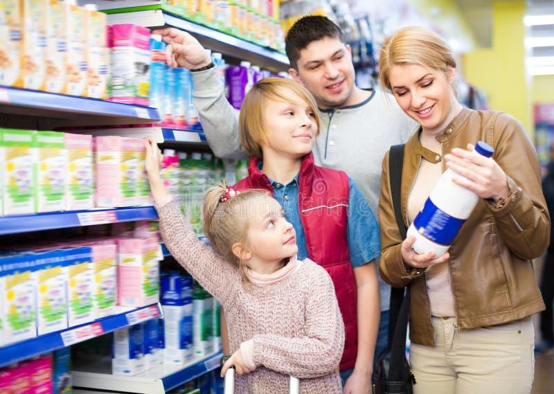 Familie van het kopen vier gepasteuriseerde melk royalty-vrije stock foto