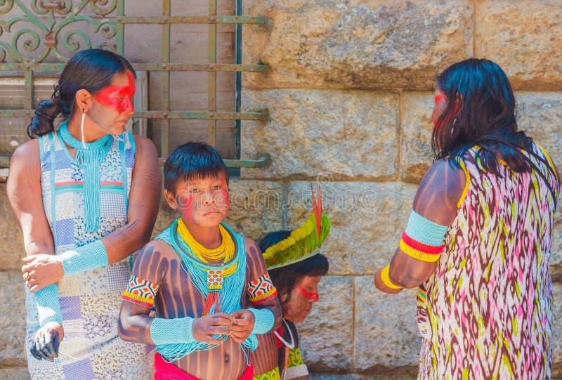 Familie van Inheemse Braziliaanse Indiërs in de vergadering tussen inheemse mensen stock afbeeldingen