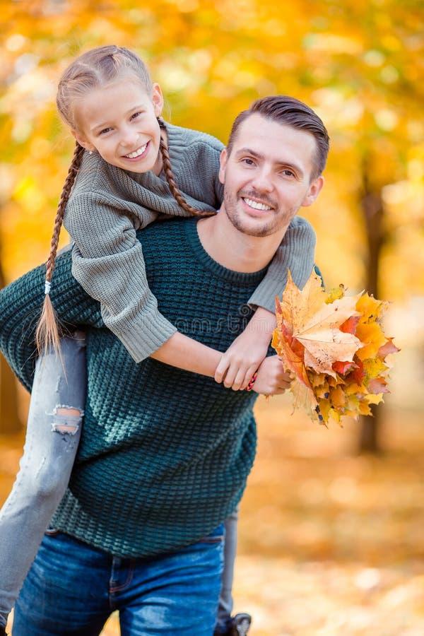 Familie van papa en jong geitje op mooie de herfstdag in het park royalty-vrije stock foto's