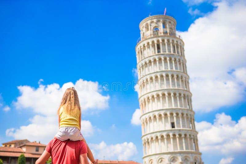 Familie van vader en weinig jong geitjeachtergrond de het Leren Toren in Pisa Pisa - reis naar beroemde plaatsen in Europa royalty-vrije stock foto's