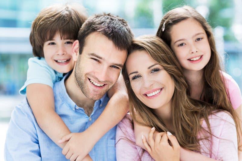 Familie van vier die elkaar koesteren royalty-vrije stock foto