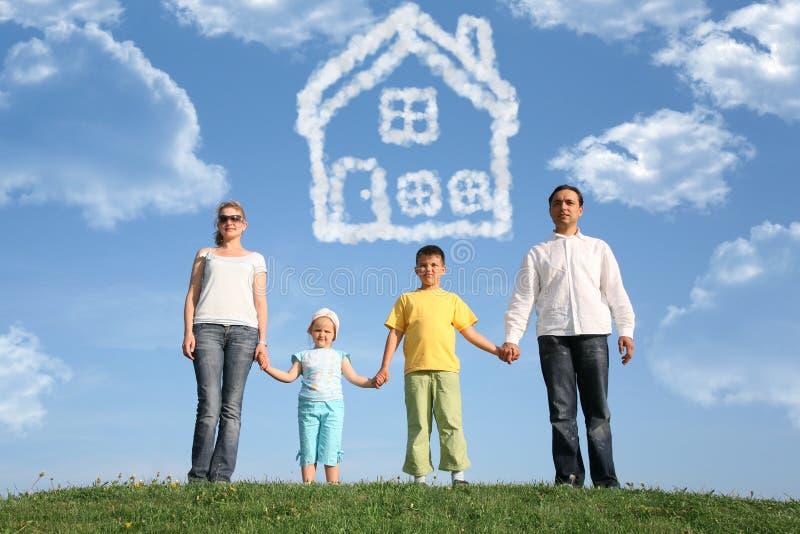 Familie van vier dromen over het huis, collage stock afbeelding
