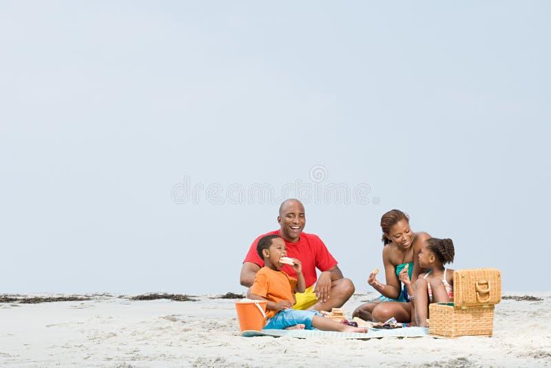 Familie van vier in het de herfstbos royalty-vrije stock fotografie